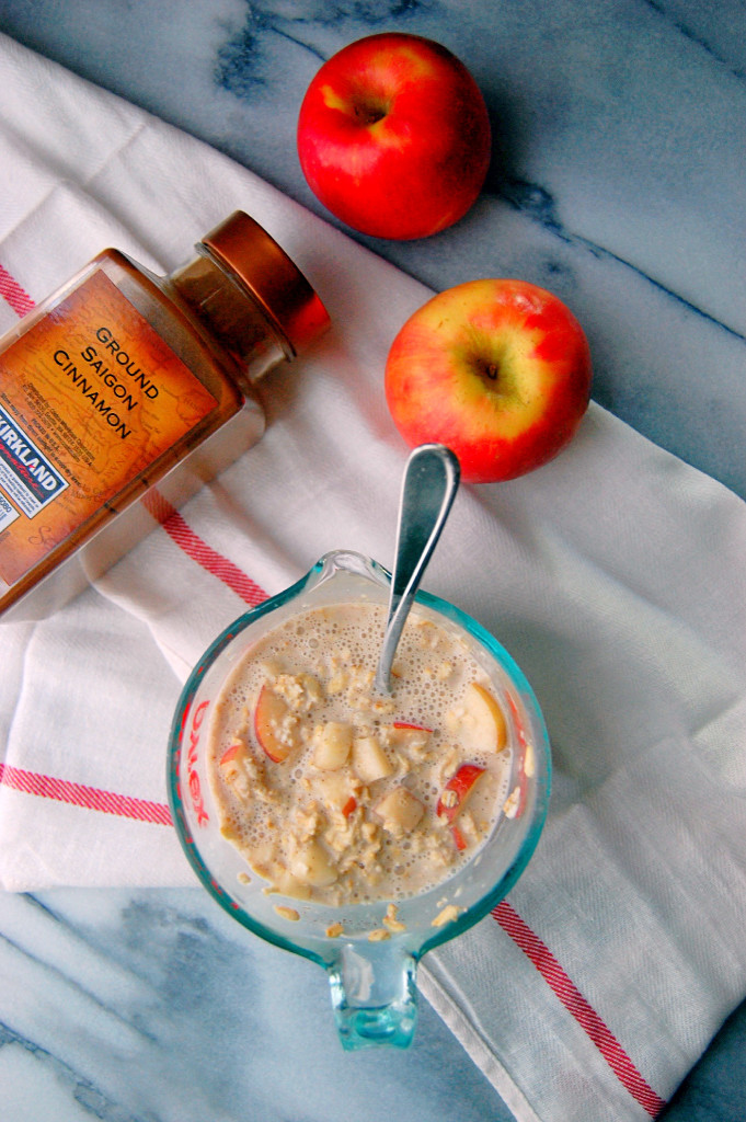 Simple and delicious Apple Pie Overnight Oatmeal - mix it up in 5 minutes the night before and you'll enjoy a filling fall breakfast! | uprootfromoregon.com