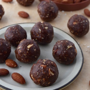 Almond Fudge Brownie Energy Bites combine chocolate and almond flavors in a nutrient-dense, sweet bite. Stash them in your bag for travel this summer or everyday treats. | uprootkitchen.com